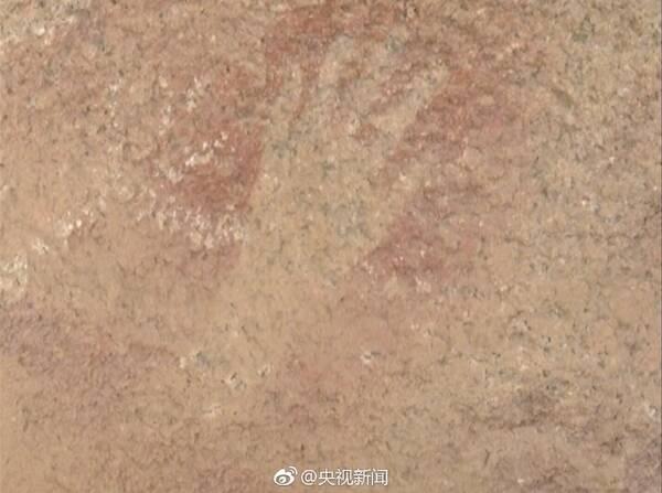 据考证,手印岩画是把赭石粉,动物血,清水调成的液体,注入骨管后用嘴吹