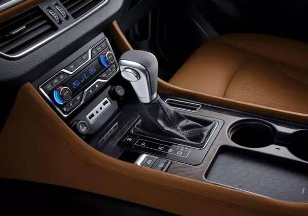 5绿净装置以及集成蓝牙/车载电话,gps导航,收音机等功能于一体的9寸中
