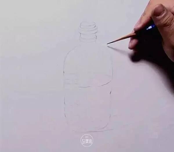 半透明塑料的主要特点是轻薄透明,反光点会很多,可用硬铅笔画高光处的细节。边缘的虚实、强弱变化,物体本身的明暗对比要适当加强,用笔要果断,线条要清晰。一般有饮料瓶、雪碧、可乐等等。一般会装有半瓶深色的液体,因此暗部的反光也会很明显。瓶盖呈圆柱体形状,转折处有明显高光,处理时与圆柱体的方法一样,但要注意塑料的质感表现,边缘的处理要有深浅、虚实变化。标识不必过于精细,要统一整体,不能太碎了。