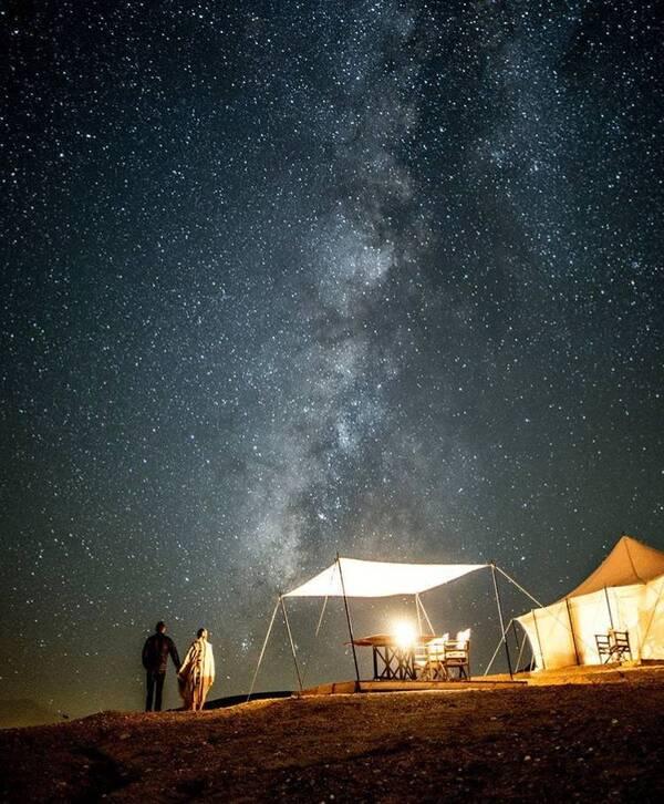 漫天繁星好像触手可及,星空下畅谈畅饮,心情像天上的星星一样闪烁不停