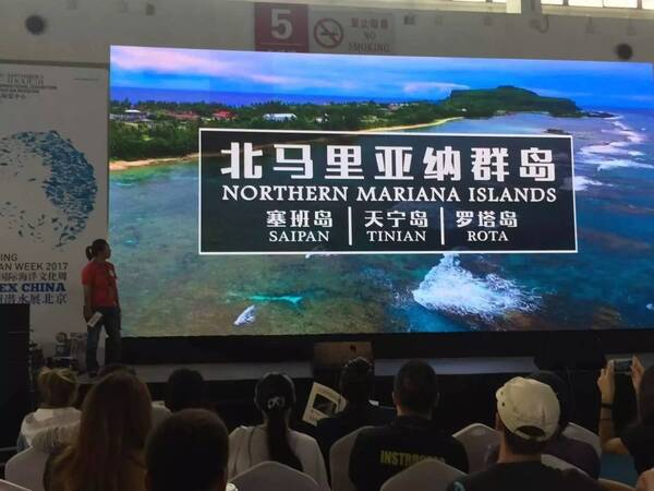 宁宁在展会现场进行分享 中国市场蓬勃发展 自2012年马里亚纳观光局在中国成立代表处以来,到访北马里亚纳群岛的中国大陆游客数量增长了三倍。截止到2017年7月,到访北马里亚纳群岛的中国游客较去年同期增长近10%,中国仍是北马里亚纳群岛最重要的客源地之一。此外,联合国世界旅游组织(UNWTO)的世界旅游晴雨表最新数据显示,北马里亚纳群岛如今是世界上增长速度第三快的游客目的地。 作为唯一对中国公民实行免签政策的美国属地,北马里亚纳群岛的旅游业因此获益良多。在各界合作伙伴的努力下,中国前往塞班的出行方式越来越