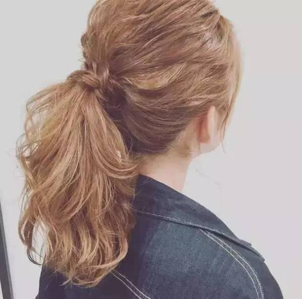 马尾的位置要嘛在头顶,要嘛就高过下巴的位子才是对的,绝对不能太低,太低的话会看起来没精神,像刚睡醒一样。 步骤如下: 1.将头发全都烫卷,烫卷的目的是让头发看起来更自然更有线条。 2.把头发扎成马尾,头发要稍微盖着耳朵哦。 3.再从马尾中拉出两束头发,然后绕着发圈后用夹子固定。 4.
