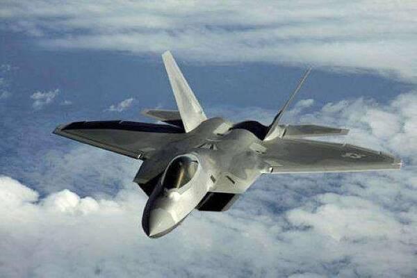 动力方面,三维推力矢量发动机可以让飞机有更大的俯仰角和偏航角,在亚