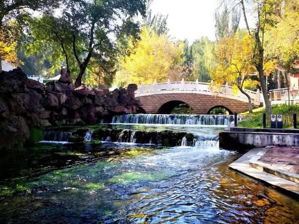 水磨沟风景区地处乌鲁木齐市东北郊5公里,位于东山之麓,红山之尾.