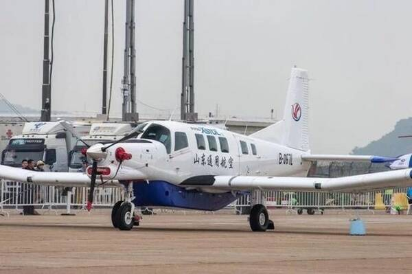 图片:中国山东通用航空的P750轻型飞机。注意P750上层是搭乘10人的客舱,下层是载重454公斤独立的货舱。 此前在第15届北京航展,北京通用航空有限公司与新西兰太平洋航空航天有限公司签署合资合作生产P750单发多用途涡桨飞机合作意向书。将P750飞机生产线正是引入中国。目前,P750飞机在中国的首条生产线位于江苏常州。