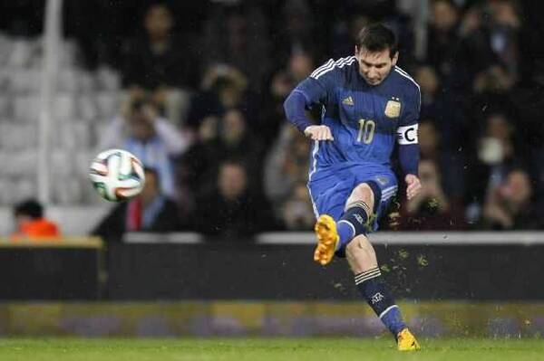 世预赛阿根廷放手一搏出奇阵:梅西踢前腰,盗嫂