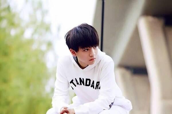 """王俊凯当天背着个书包,素颜出镜接受电视台采访,谈论""""青年电影人的"""