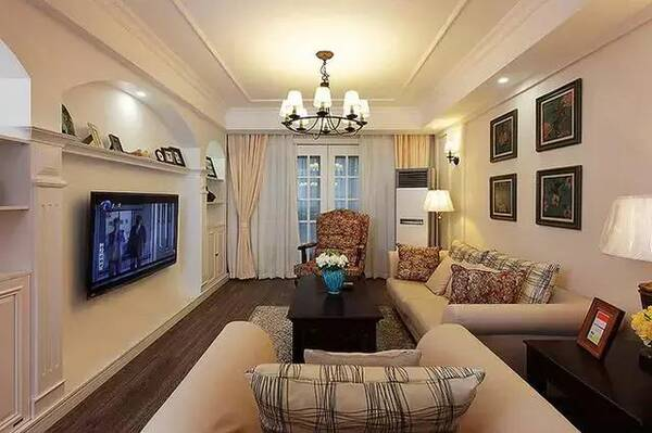 入户门进来就是客厅,客厅电视背景墙请木工师傅做了个造型,背景墙两边