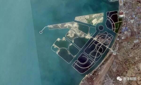【山东烟台龙口湾】图/google earth 计划填海35.23平方公里,相当于龙口市年建设用地指标的210倍。按规划,将容纳10万人就业、30 万人居住,并建成世界最大的三面观音像、海上免税岛、七星级酒店等。 END 文章来源:2017年10月30日出版的《财新周刊》 《围填海管控办法》(全文) 国家海洋局党组书记、局长王宏: 对于围填海专项督察工作提出5方面意见 国家海洋局印发:《围填海工程生态建设技术指南(试行)》(全文) 广东省海洋生态红线区禁止围填海 广东欲推行海岸线有偿使用制度 使用者自行
