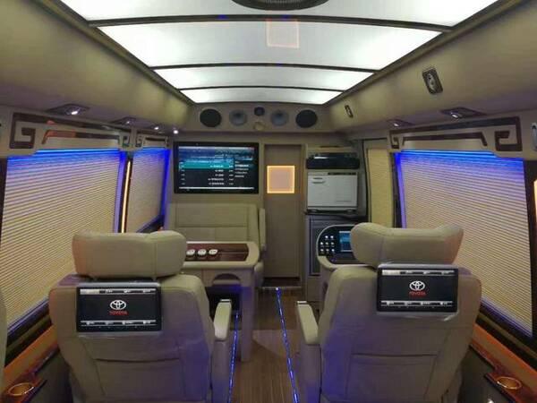 丰田考斯特不仅具备充足的动力,灵敏的运动型车身,同时更有舒适的空间,新车主要以方便、美观、实用为主。隐于型,礼于心,考斯特配备全新大开度自动滑门,将轻型客车设计美学与实用性能提升到一个全新高度。享受,从此大有不同!密闭式车窗,宽大且明净;镀铬防蹭条,实用且美观;前格栅、雾灯、组合式尾灯、后装饰条皆采用镀铬涂装,于点睛之处提升豪华气质。当电动车门缓缓打开的那一瞬间,特色元素一一呈现。你一定会为之倾倒的!  丰田考斯特创新设计驾驶舱隔板,分割出独立私密的车内空间,首长席及超VIP尊贵版真皮办公桌,双人豪华旋
