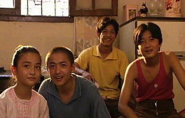 电视剧吃关机饭时,黄导给了我《孽债》主题曲的歌词,让我提提意见.