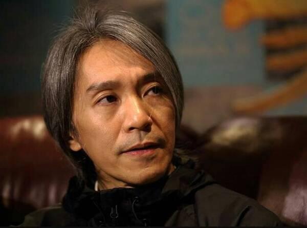 而娱乐圈不只李连杰一位大咖老了,喜剧之王星爷也满头白发了,如今再难