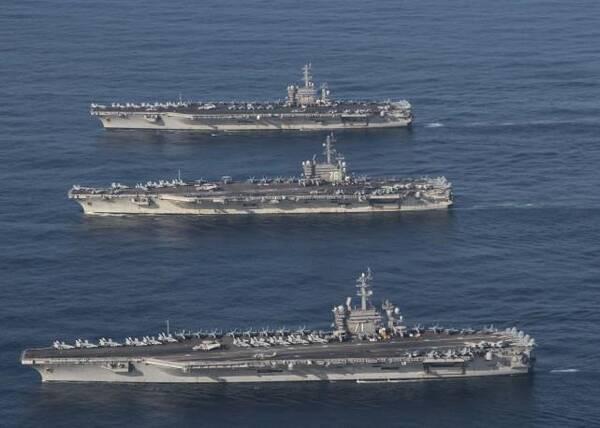 """航拍美军10年来首次三航母编队:某国舰艇像""""儿子""""护在"""