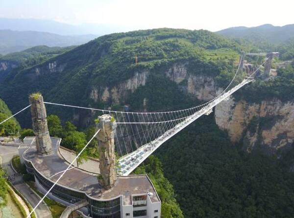 张家界大峡谷玻璃桥位于湖南省张家界大峡谷风景区内,是世界上最高,最