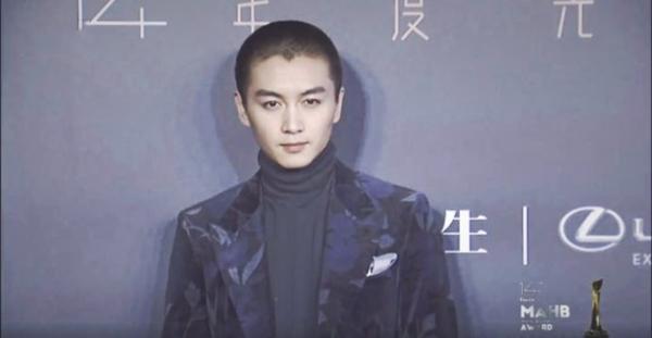 今日,陈晓又换了新的发型,一头板寸出席时尚先生年度盛典,和之前长发图片