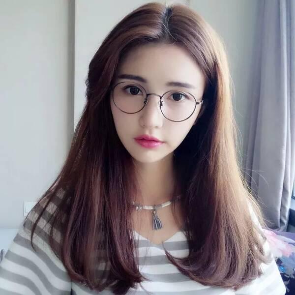 一款微卷的中长发发型,大片偏分刘海轻松修饰了脸型,发尾微卷内扣图片