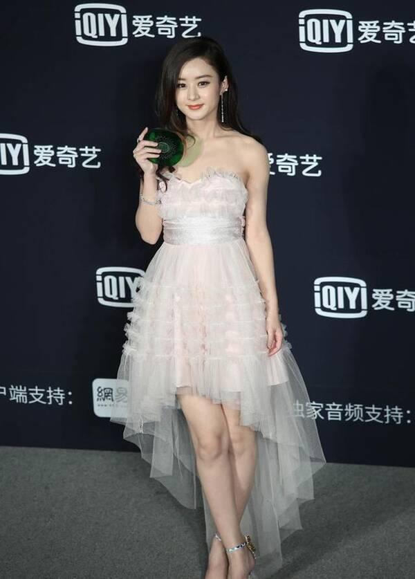 赵丽颖身穿白纱裙出席活动,网友:肉肉的女生才可爱