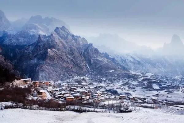 扎尕那是隐藏在崇山峻岭中的一个藏族村落,藏式榻板木屋鳞次栉比,层叠