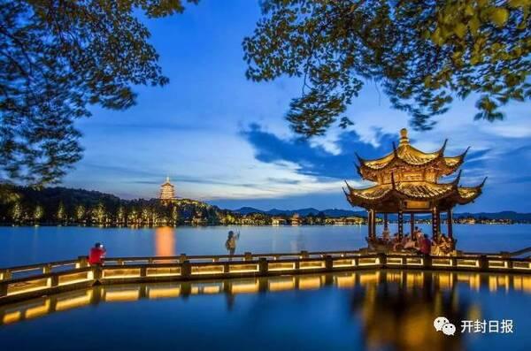 南山路—北山街—西湖夜游—西湖音乐喷泉—《最忆是杭州》演出.