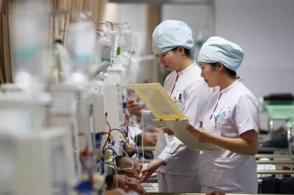 走进郑州人民医院血液透析室,患尿毒症的李师傅正躺在病床上做血液透析。9年前,他不幸患上了肾炎,5年前肾炎更引发了尿毒症。虽然只有45岁,但他已经做了5年的血液透析。 以前尝试过中药治疗,但是丝毫不见起色。李师傅说,2010年,慢性肾炎进展为尿毒症,他不得不开始做血液透析治疗。一周三次,每次四个小时,李师傅的手臂上满是穿刺留下的如蜂窝状的针眼,让人看了触目惊心。但对他来说,这还不算什么。血透越多次越觉得穿刺疼。原来,在进行血液透析前必须用锐利的针头先穿刺,满是针眼的手臂,让李师傅疼痛不已。