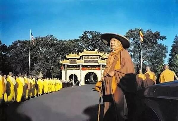 下集 《开山祖师宣化上人》 稽首十方佛,及与三藏法,过去现在贤圣僧