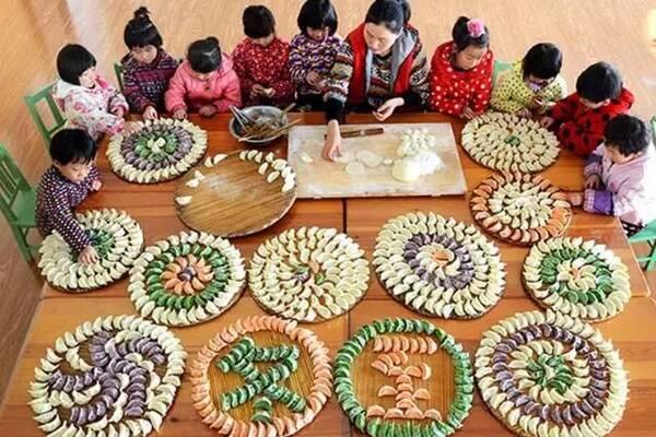 设计意图 冬至是中国传统的24节气之一,是冬天真正来临的日子。这一天,全国人民都要吃饺子以防天冷冻掉耳朵。为让小朋友既感受到冬至的节气,培养小朋友集体生活的乐趣,又能提高孩子的语言组织和表达能力,所以设计了本次活动。本次活动采用游戏化的教学形式吃饺子,让幼儿在游戏中学习句型:我把xx给xx吃。然后通过完成操作表演仿编句型,将单调的仿编活动变得有趣好玩。  活动目标 1、能够进行简单的半开放式主题对话交流,学习掌握句型我把饺子给xx吃,并能进行句型仿编:我把xx给xx吃。 2、通过活动,让