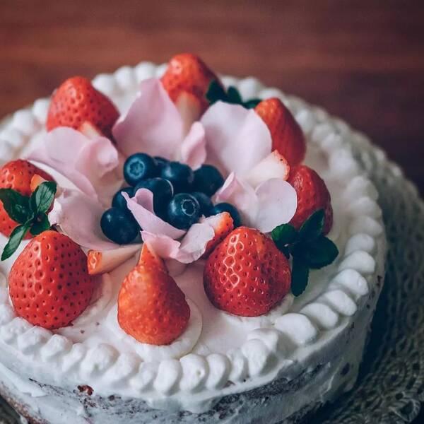 玫瑰花本不是这时候开, 却反常地开了一朵, 刚好成了蛋糕的装饰.图片