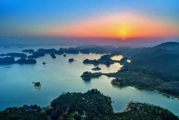 摄影/姜晓勇 推荐: 千岛湖中心湖区,主要景点有梅峰观岛,龙山岛,月光