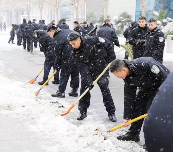 河南警察学院组织4000余名师生开展扫雪活动