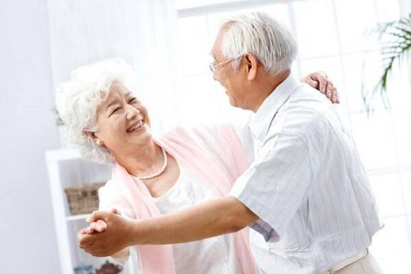 保持愉悦的心情对于糖尿病患者十分重要,有利于血糖稳定,从而降低血糖飙升的风险。坏心情让细胞免疫功能下降,使人体的免疫力变弱。 具体到糖尿病,还有一点复杂的身体机制:现代心身医学发现,人在坏情绪时,脑会刺激身体大量分泌一些拮抗胰岛素分泌的激素。人的胰岛素不足,血糖就会升高。情况严重时,甚至会加速脂肪的分解,使血液中脂肪酸大量增多,导致酮症酸中毒。 糖友平时要缓解焦虑、消除紧 张、转移注意力,听轻快的音乐,进行运动,跳舞等,要树立起战胜疾病的信心、决心、恒心,调动起所有积极性和有利条件,集中优势兵力把疾病治