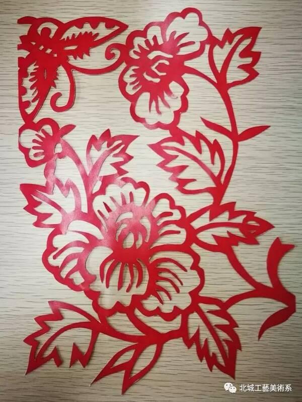 剪纸是一种用剪刀或刻刀在纸上剪刻花纹,用于装点生活或配合