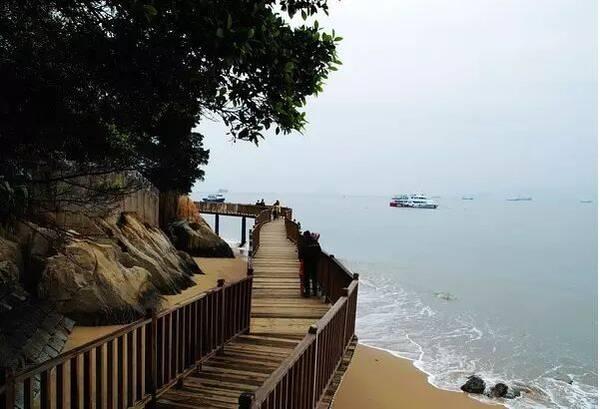 青岛滨海木栈道由西边的团岛湾起始,延伸至东部的石老人,全长40.