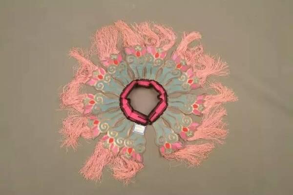 云肩的绣制有各种各样的针法,如挽针,接针,滚针,松针,钉线,打子,圈金