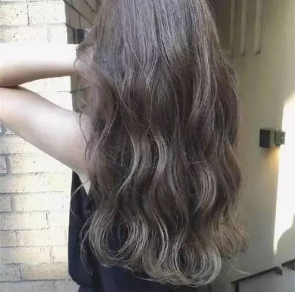 发量少的女生很适合长发水波纹呢,从背面看起来会特有女神范.