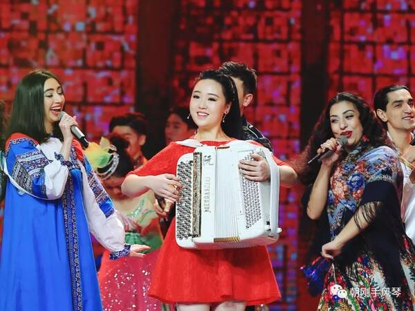 阮明园参加中央电视台《2018中俄音乐嘉年华》演出《红莓花儿开》视频欣赏