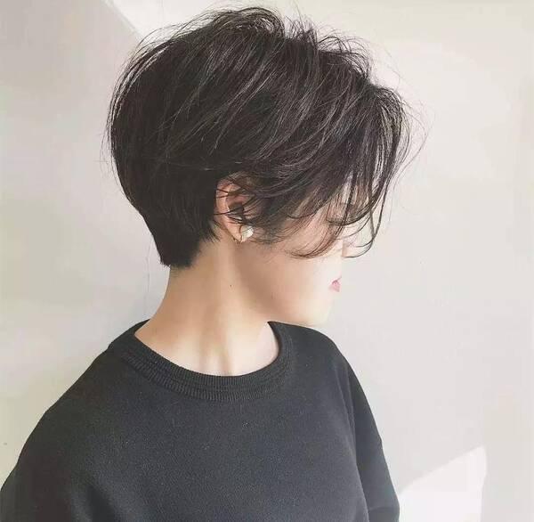 04 微卷短发在2018年流行短发发型中很受欢迎,是一款彰显个性与气质图片