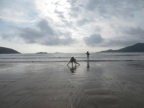我听见海浪的声音,站在潮汐的最中央,我看见流浪的决心,从你转身的那