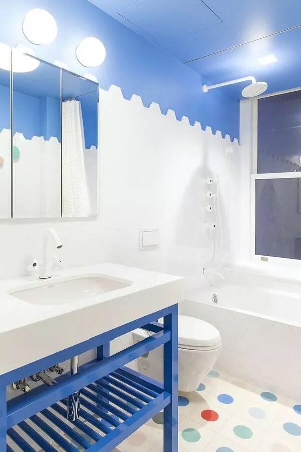 设计师聘请了一位画家用水彩圆点点缀女孩房的墙面(蓝色是业主女儿最