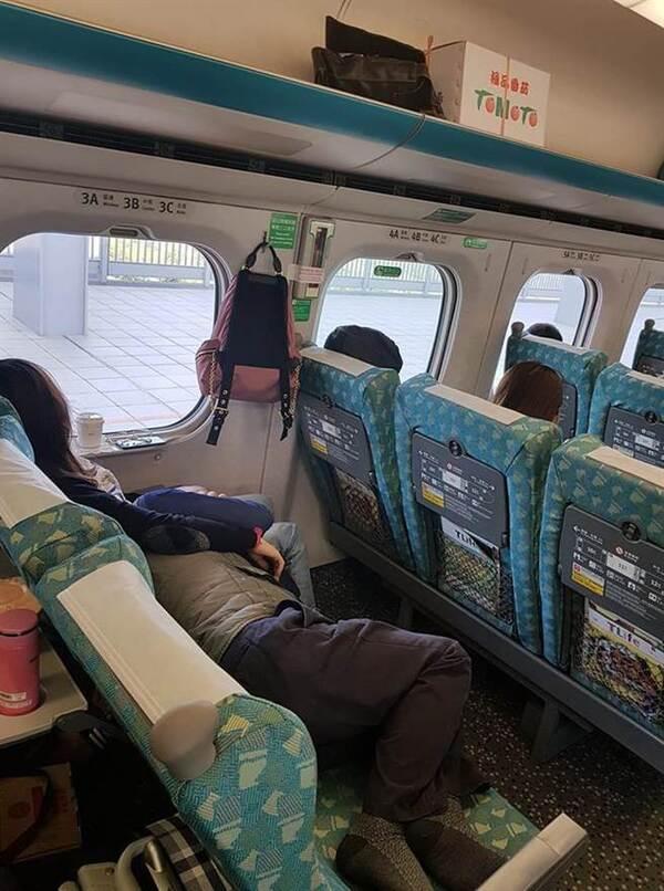 高铁10车01f座位-高铁车厢座位排数,高铁二等座位是17图片