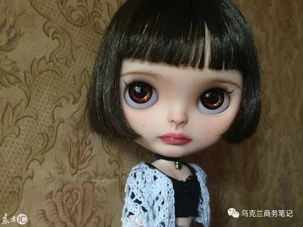 然后使用手术刀改变了娃娃脸的形状,再把它打磨光滑 芭比娃娃的头发是图片