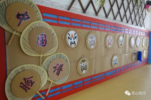 用瓶子,罐子制作的青花瓷摆饰和挂坠,满布在茶山中心幼儿园的园区内.