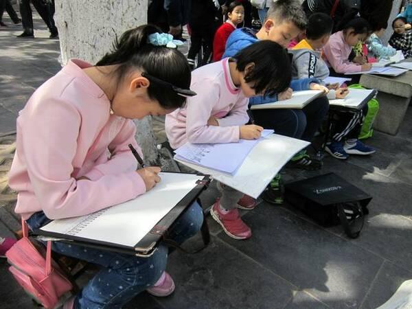 济南护城河畔黑虎泉边小学生把美景画下来安义县逸夫小学图片