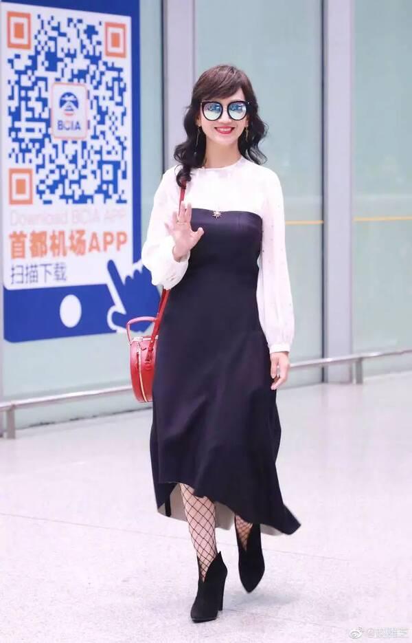 63岁赵雅芝穿成这样就出门了!跟她比,连范冰冰都输了!