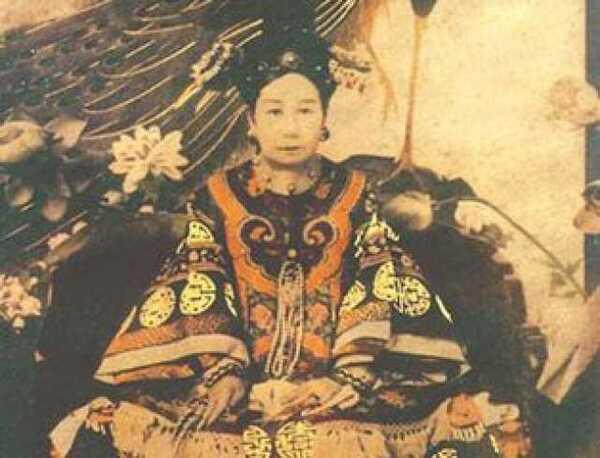 慈安太后年轻的照片_晚清,咸丰皇帝逝世后,年仅6岁的儿子载淳继位,慈安和慈禧两宫太后垂帘