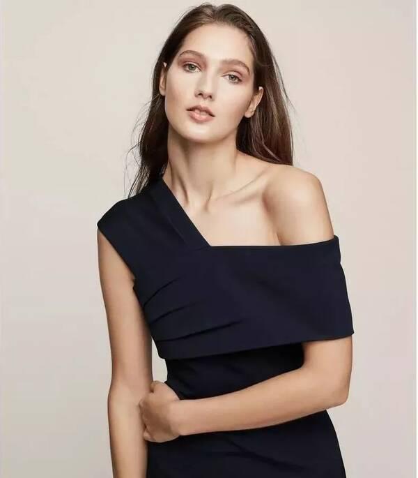 别致的单肩开口设计,很适合有美丽锁骨线条的女生.