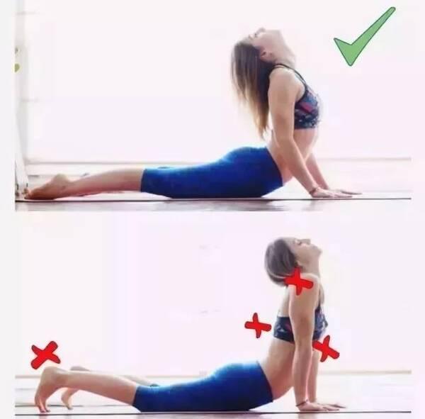 01丨单腿下犬式 错误点:肩背过度向前,没有后推;右腿弯曲及外翻.图片