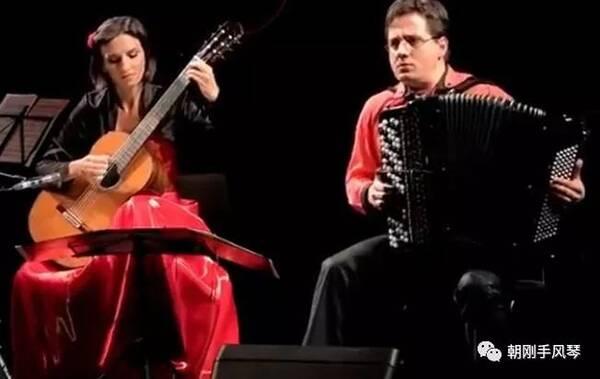吉他与手风琴,美女与帅哥组合——美妙的音乐让人陶醉