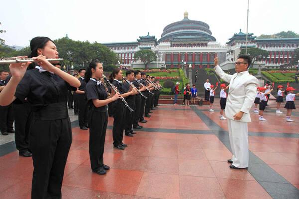 重庆人民广场五一升国旗仪式 十八中管乐团现场演奏令人瞩目