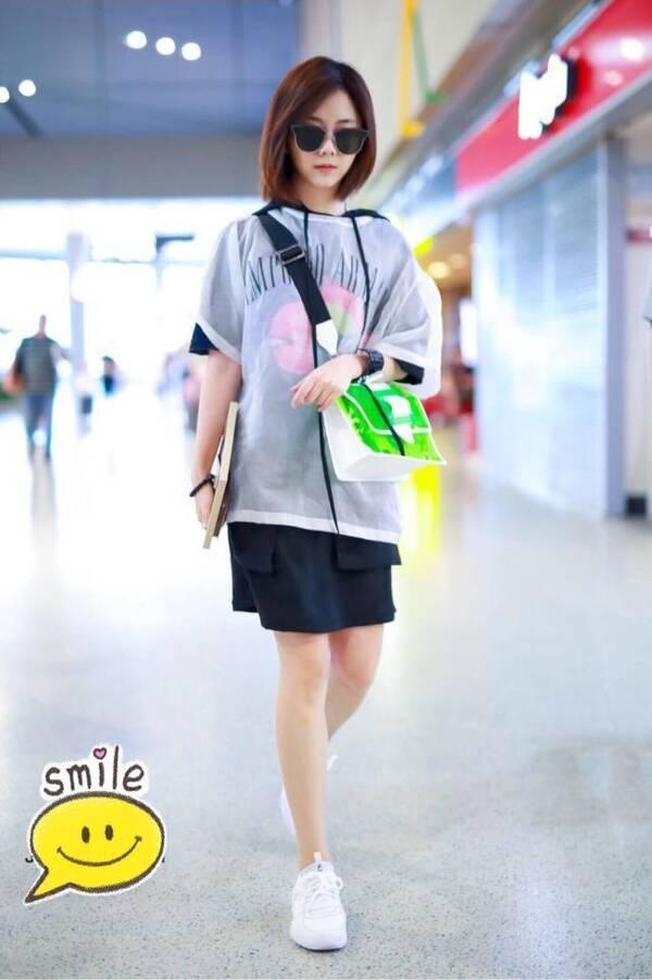 谭松韵来机场了,好像打扮高中生,好看?语文统编高中图片