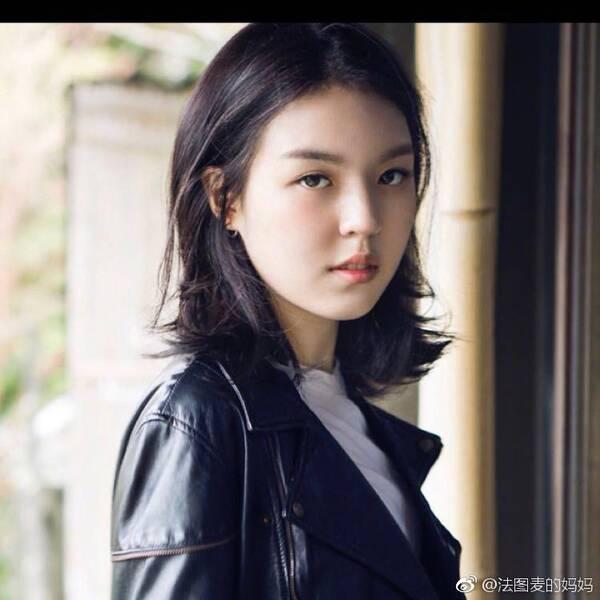 看着照片上的法图麦·李应该是花季美少女才对!